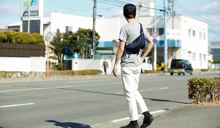 光沢ナイロン三角ボディバッグイメージ